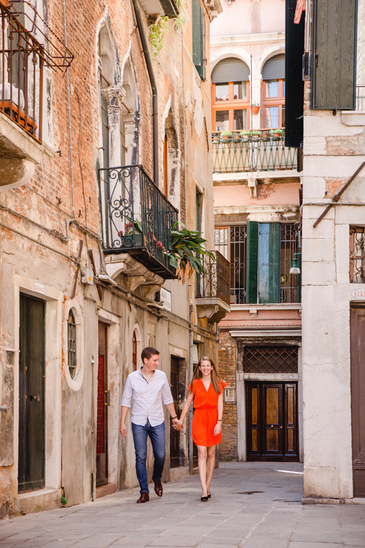 alte Gassen in Venedig Italien Italy Italia Venice Venezia Honeymoon Flitterwochen Destination Wedding photographer Fotograf Hochzeitsfotograf engagement Hochzeit newly wedded Hochzeitsfotografie Paarfoto Paar Brautpaar Pärchen groom bride Braut Bräutigam making memories