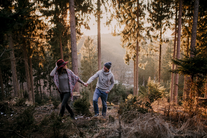 Paar Paarshooting Paarfoto Pärchen couple coupleshooting outdoor Hand in Hand boho style poncho sunset Wald Tannen Winter