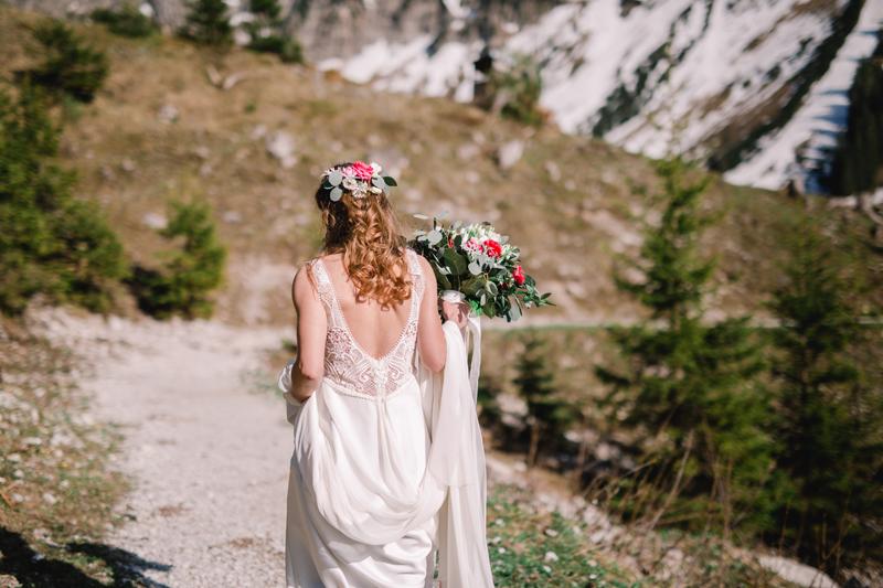 Braut, Brautkleid, Brautstrauß, Berge, Wald, Sonnenschein, outdoor, bride, mountains, natural
