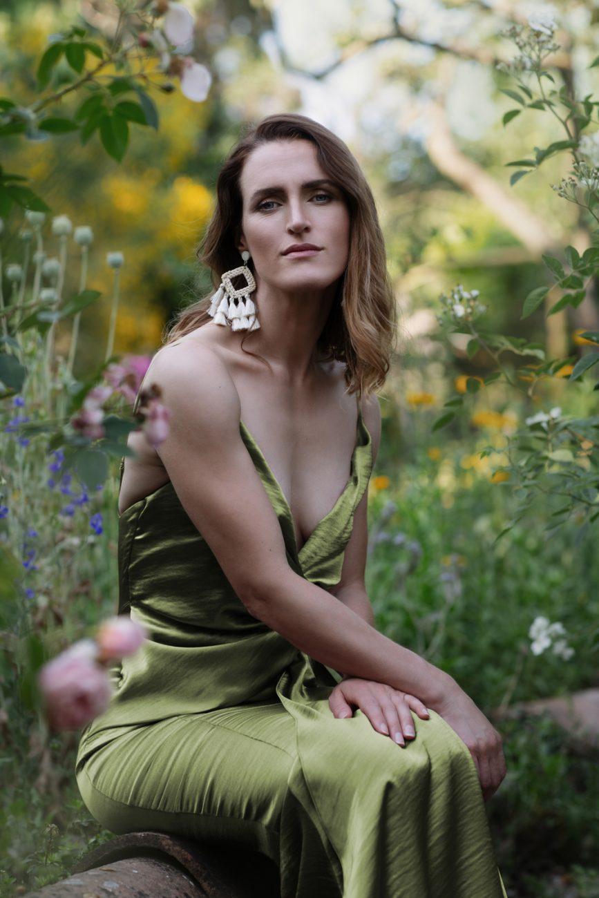 Beauty Portrait einer Frau im grünen Kleid, Outdoor, wie Alice im Wunderland, verträumt, selbstbewusst