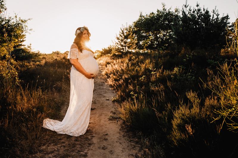 Schwangerschaft, pregnant, Babybauch, maternity, Outdoor, Portrait, weißes Kleid, Sonnenuntergang, Gegenlicht,