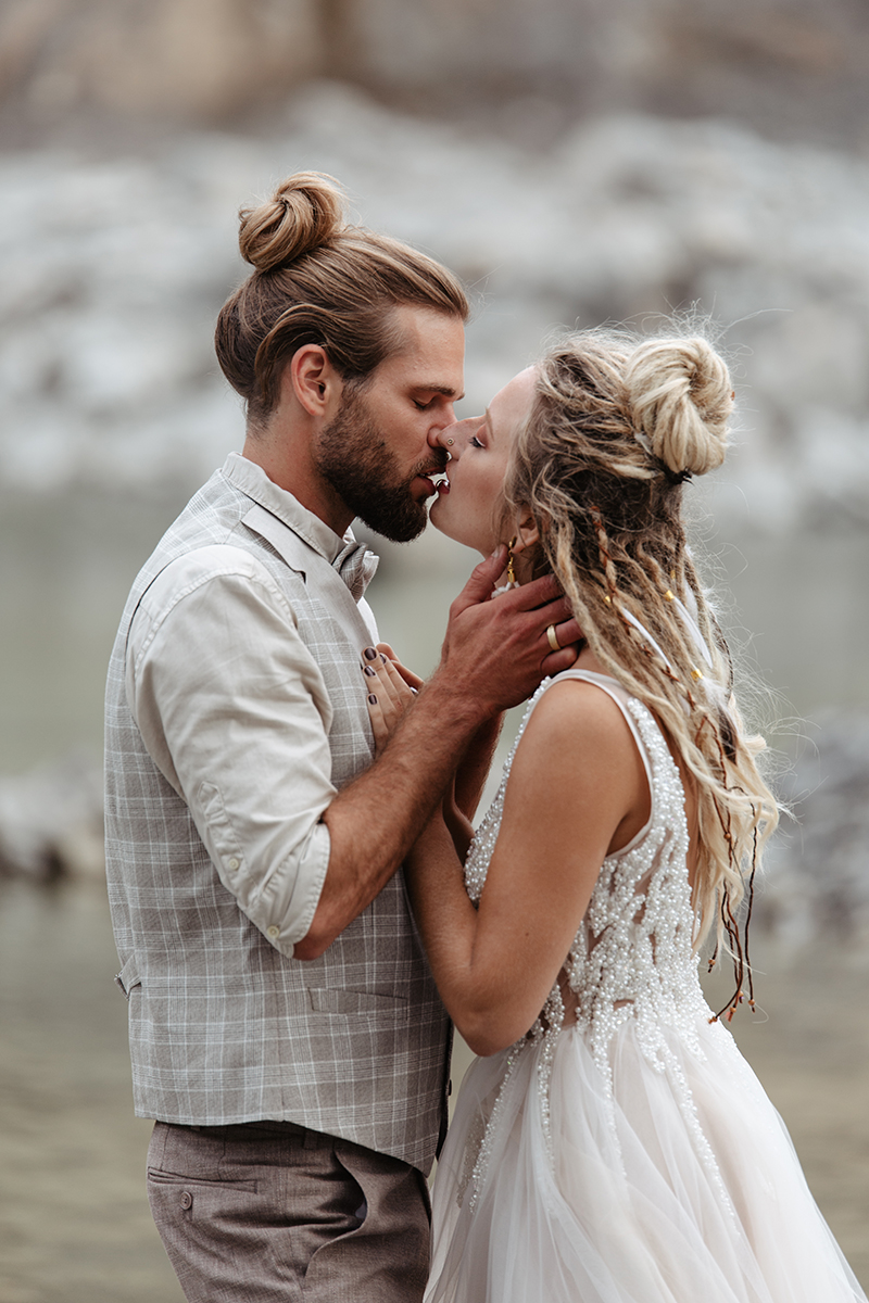 Brautpaar, Hippie, Boho, alternativ, Dreadlocks, almost kiss