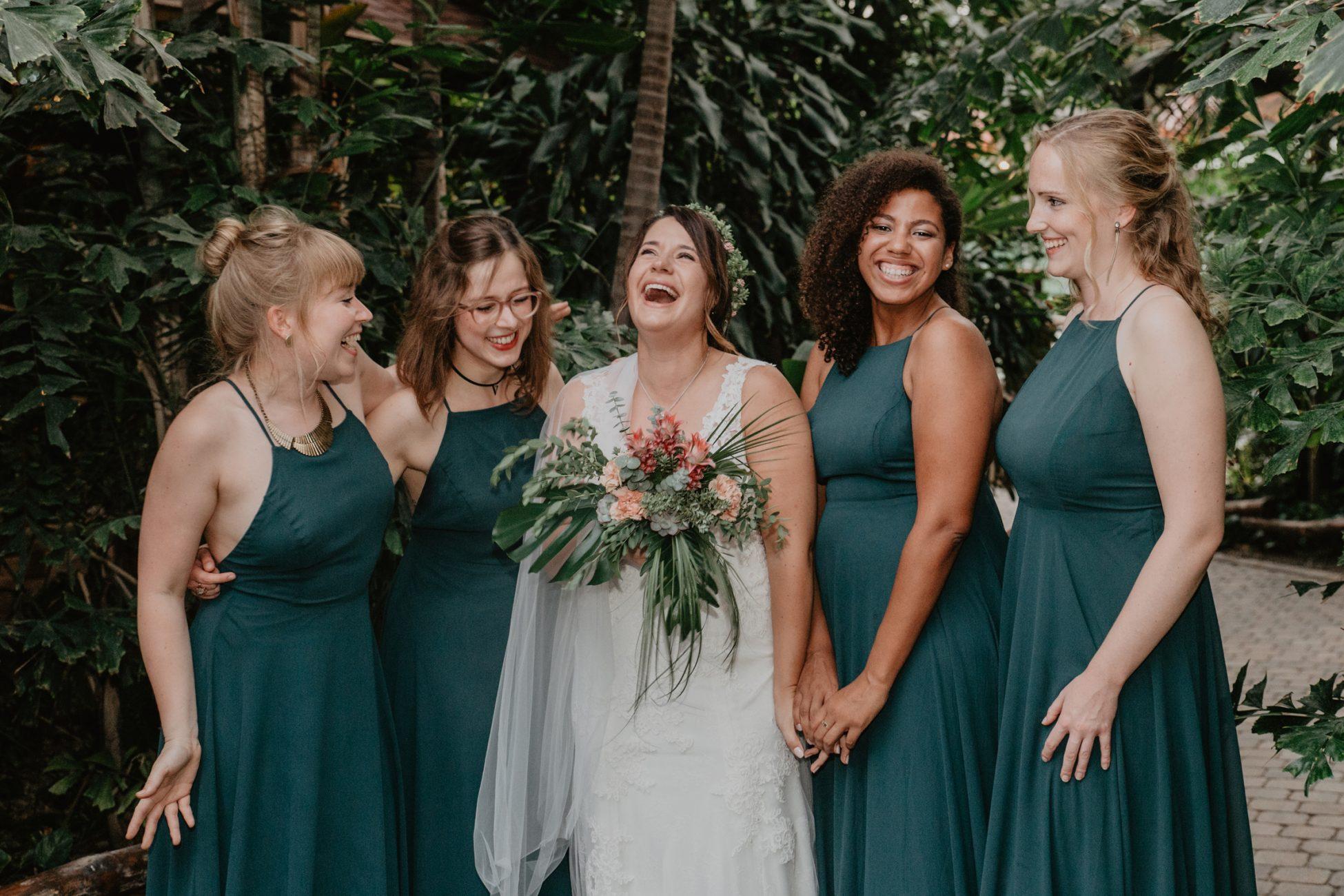 Braut mit Brautjungfern in exotischer Greenery Kulisse