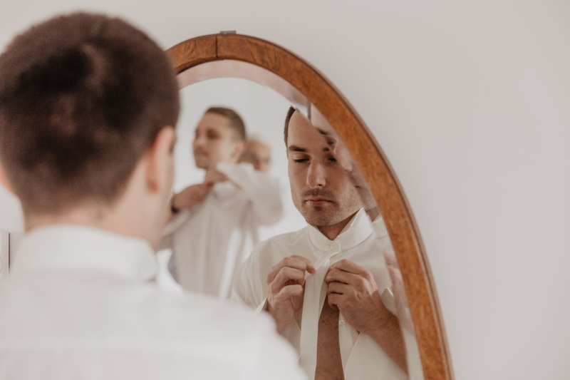 Getting Ready Bräutigam Groom Mirror Wedding Elopement