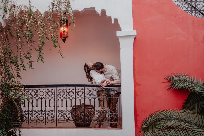 Marrakesh, Marocco, Riad, rot, Paarfoto, Pärchen, kiss, oriental, Elopement, Verlobung