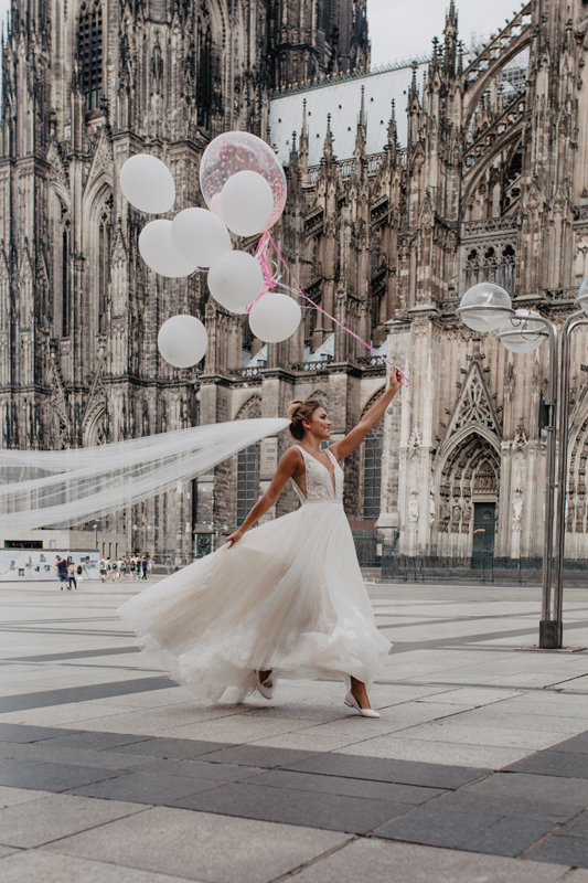 Hochzeit Wedding Köln Cologne Brautkleid Braut Bride Luftballons Kölner Dom Schleier