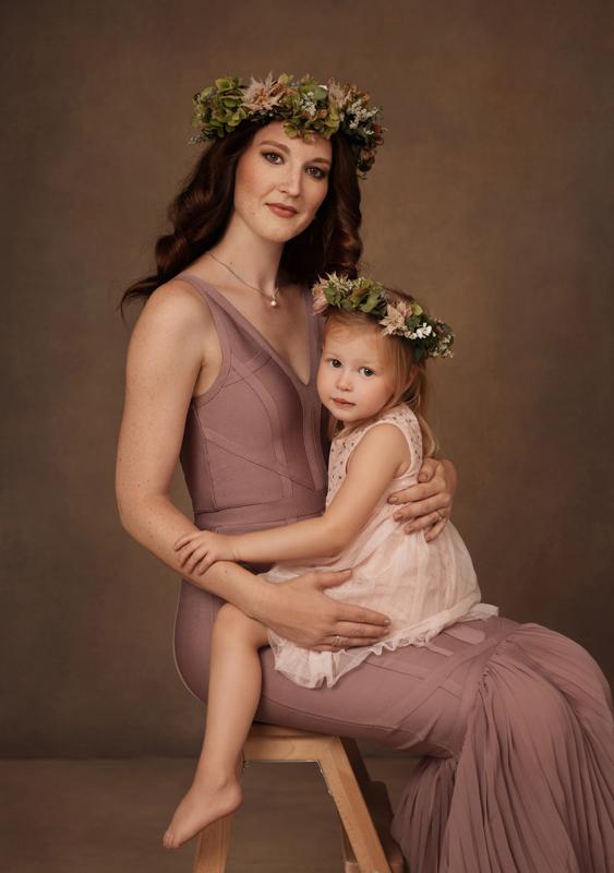 Mutter, Tochter, Familie, Portraitfoto, Portraitfotograf, moody, Vintage Look, Studioportrait, Kleid, Liebe, Blumenkranz