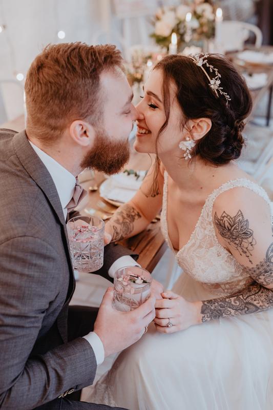 Hochzeitsfoto, Brautpaar, Hochzeit, wedding, Elopement, almost kiss, Kuss, Tattoos, Bart, alternativ,