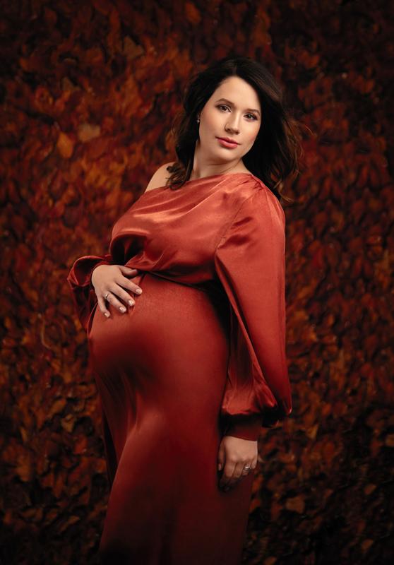 Schwangerschaft, Babybauch, pregnant, maternity, rotes Kleid, Frau, Studioportrait, moody