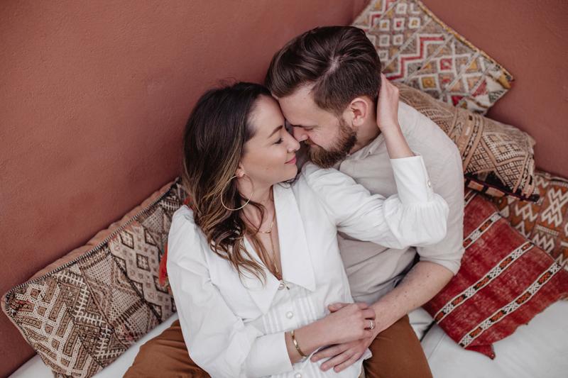 Paarfoto, Pärchen, Engagement, Marocco, Marrakesh, Erdtöne, rot,