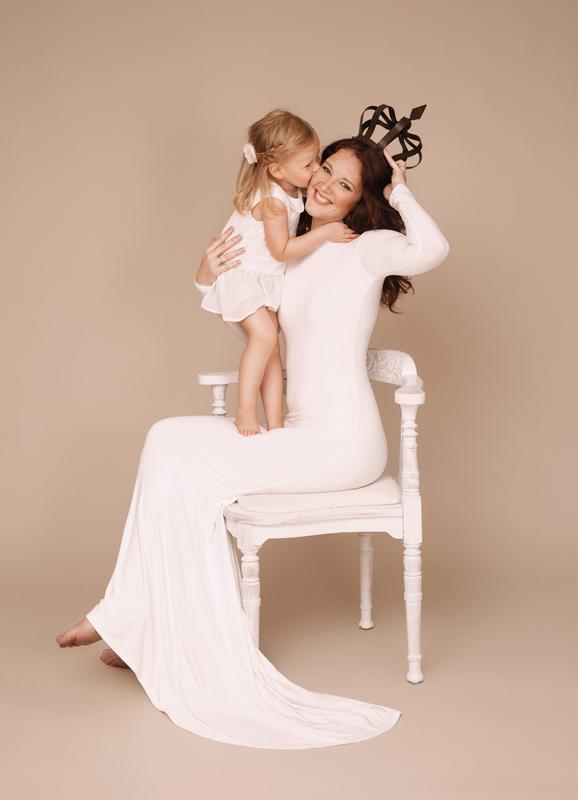 Mutter, Tochter, Familie, Portraitfoto, Portraitfotograf, Vintage Look, Krone, Kuss, Studioportrait, weißes Kleid, Liebe