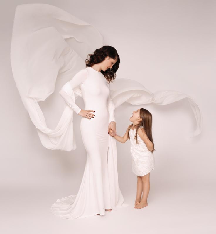 Studioportrait, Mutter, Tochter, Familie, anmutig, modern, zeitlos, weiß, fliegender Stoff, liebevoll, Portraitfotograf